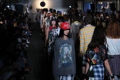 Modele chodzą pasa startowego finał dla R13 pokazu mody Fotografia Stock