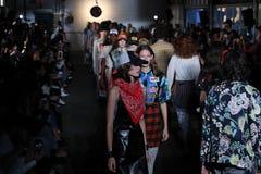 Modele chodzą pasa startowego finał dla R13 pokazu mody Zdjęcie Royalty Free