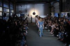 Modele chodzą pasa startowego finał dla R13 pokazu mody Zdjęcia Royalty Free