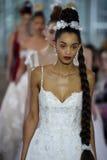 Modele chodzą pasa startowego finał podczas Ines Di Santo Wiosna, lata 2018 bridal pokazu mody/ Fotografia Stock