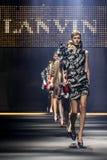 Modele chodzą pasa startowego finał podczas Lanvin przedstawienia Zdjęcie Stock
