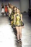 Modele chodzą pasa startowego finał podczas Les Copains pokazu mody Zdjęcia Stock
