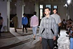 Modele chodzą pasa startowego finał podczas N Hoolywood pas startowy Zdjęcia Stock