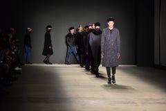 Modele chodzą pasa startowego finał podczas Robert Geller NYFW: Mężczyzna przedstawienie obraz royalty free