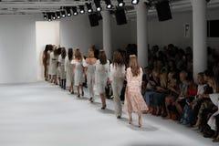 Modele chodzą pasa startowego finał przy Brock kolekci pokazem mody Obrazy Stock