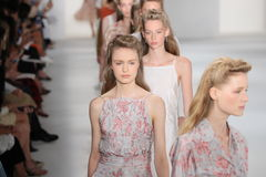 Modele chodzą pasa startowego finał przy Brock kolekci pokazem mody Obraz Royalty Free