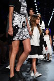Modele chodzą pasa startowego finał przy Comme Tu Es pokazem mody Fotografia Royalty Free