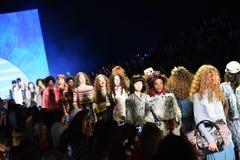 Modele chodzą pasa startowego finał przy Desigual pokazem mody Fotografia Royalty Free
