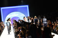 Modele chodzą pasa startowego finał przy Desigual pokazem mody Zdjęcie Royalty Free