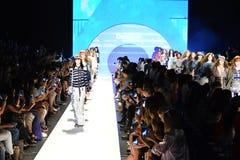 Modele chodzą pasa startowego finał przy Desigual pokazem mody Obraz Royalty Free