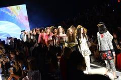 Modele chodzą pasa startowego finał przy Desigual pokazem mody Zdjęcia Stock