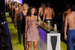 Modele chodzą pasa startowego finał przy KYBOE! pokaz mody Zdjęcia Stock