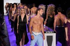 Modele chodzą pasa startowego finał przy KYBOE! pokaz mody Fotografia Stock