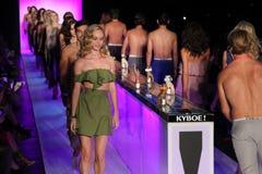 Modele chodzą pasa startowego finał przy KYBOE! pokaz mody Fotografia Royalty Free