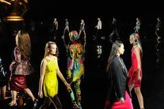 Modele chodzą pasa startowego finał przy Versace spadku 2019 kolekcją obraz stock