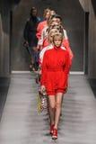 Modele chodzą pas startowego podczas Fendi pokazu mody Obraz Stock