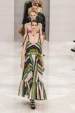 Modele chodzą pas startowego podczas Salvatore Ferragamo pokazu mody Obrazy Stock