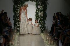 Modele chodzą pas startowego przy Anne barki spadku 2014 Bridal inkasowym przedstawieniem Zdjęcia Stock