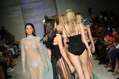 Modele chodzą pas startowego przy Skalistym Gathercole pasem startowym podczas sztuk serc mody Miami pływania tygodnia Obraz Royalty Free