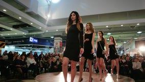 Modele chodzi w dół wybieg, definitywny przesmyk przy pokazem mody, młode dziewczyny pokazuje nowych projekty zdjęcie wideo