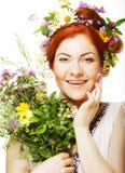 Modele com as grandes penteado e flores em seu cabelo e com flores do ramalhete Fotos de Stock Royalty Free
