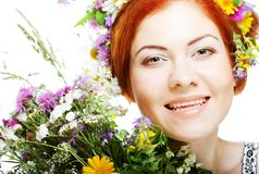 Modele com as grandes penteado e flores em seu cabelo e com flores do ramalhete Imagem de Stock