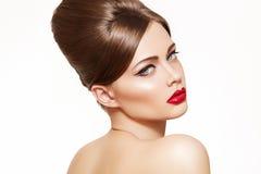 Modele con el maquillaje de la vendimia, peinado retro brillante
