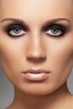 Modele con la manera que los ojos ahumados construyen y piel suave imágenes de archivo libres de regalías