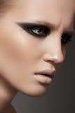 Modele con la piel del maquillaje y de la pureza de la prolongación del andén de la manera Imagen de archivo libre de regalías