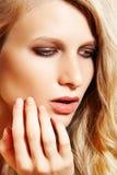 Modele con la piel limpia pura, maquillaje de lujo de la manera Fotografía de archivo libre de regalías