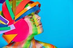 Modele con maquillaje abstracto colorido en casco multicolor Imagenes de archivo