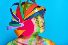Modele con maquillaje abstracto colorido en casco multicolor Foto de archivo