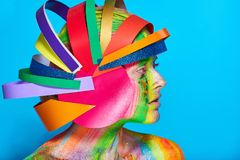 Modele con maquillaje abstracto colorido en casco multicolor Imagen de archivo libre de regalías