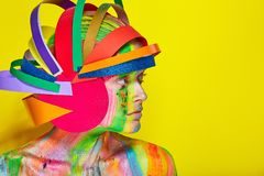 Modele con maquillaje abstracto colorido en casco multicolor Fotografía de archivo libre de regalías