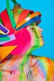 Modele con maquillaje abstracto colorido en casco multicolor Fotos de archivo libres de regalías