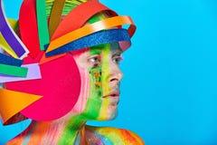 Modele con maquillaje abstracto colorido en casco multicolor Fotografía de archivo