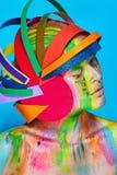 Modele con maquillaje abstracto colorido en casco multicolor Fotos de archivo
