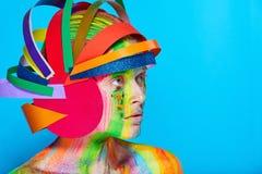Modele con maquillaje abstracto colorido en casco multicolor Foto de archivo libre de regalías