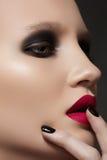 Modele con maquillaje de la manera, la manicura y los labios vinosos Imagen de archivo