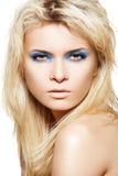 Modele con maquillaje del lustre de la manera y pestañas largas Imagenes de archivo