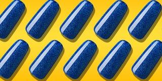 Modele el color azul del esmalte de uñas con brillo Laca creativa del clavo de la disposición en extremidades en fondo anaranja stock de ilustración
