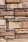 Modele el estilo moderno agrietado de la pared de piedra para el fondo Imagenes de archivo