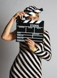 Modele en alineada y casquillo rayados en el shooting Imagen de archivo