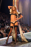Modele en el 12mo desfile de moda anual del secreto de Victorias. Teatro de Kodak, Hollywood, CA 11-15-07 Foto de archivo