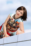 Modele en el vestido que presenta en vertical determinada del exterior Imagen de archivo libre de regalías