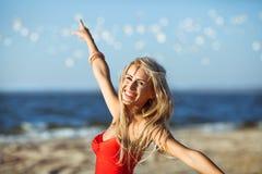 Modele en la playa Fotos de archivo libres de regalías