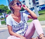 Modele en la ropa casual del inconformista del verano que presenta en fondo de la calle Fotografía de archivo libre de regalías
