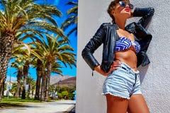 Modele en la ropa casual del inconformista del verano que presenta en fondo de la calle Foto de archivo