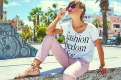 Modele en la ropa casual del inconformista del verano que presenta en fondo de la calle Fotos de archivo libres de regalías