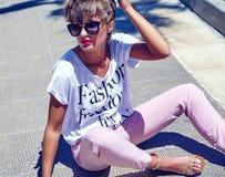 Modele en la ropa casual del inconformista del verano que presenta en fondo de la calle Fotos de archivo